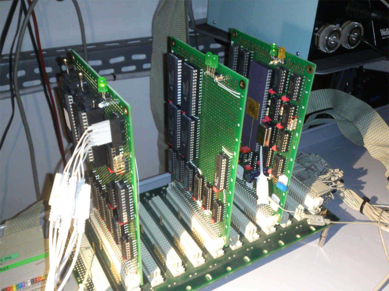 Kira computer. Da sinistra verso destra: flash board, ram board, cpu board.